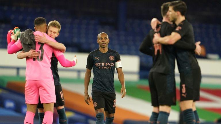 Jugadores del Manchester City reaccionan al vencer al Everton