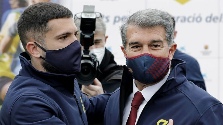 Jordi Alba acompañado del presidente del FC Barcelona, Joan Laporta