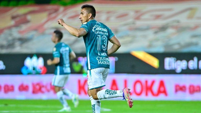 Ángel Mena durante un partido con León