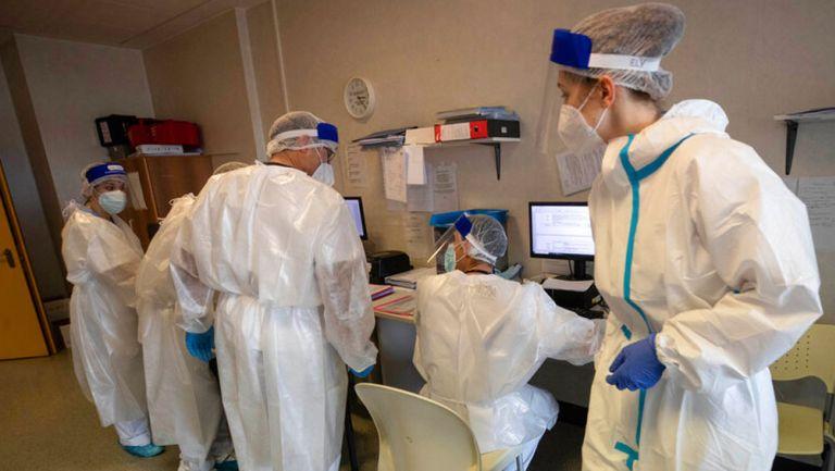 Doctores y enfermeras en un hospital de Italia
