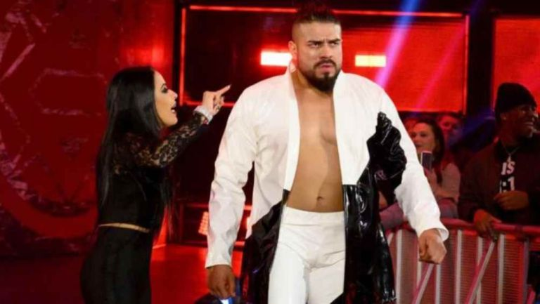Andrade hace su entrada al ring en WWE