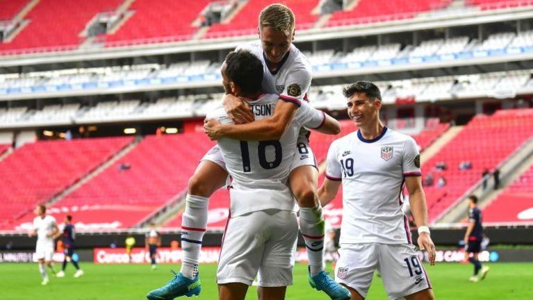 Jugadores de Estados Unidos festejando un gol a favor