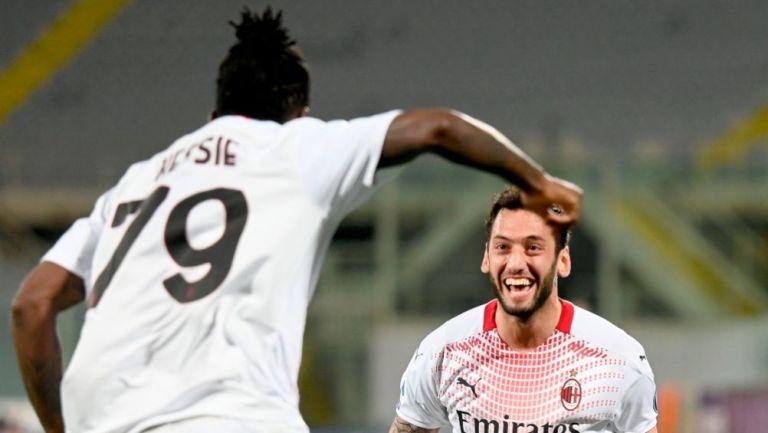 Calhanoglu festejando un gol a favor del Milan