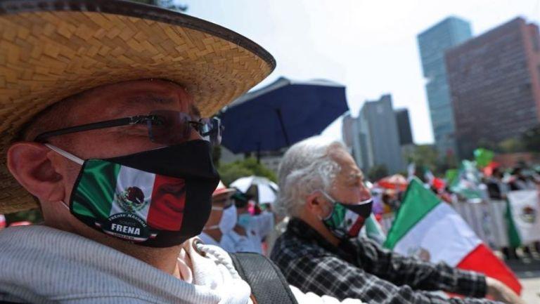 Protesta con cubrebocas en el Monumento a la Revolución
