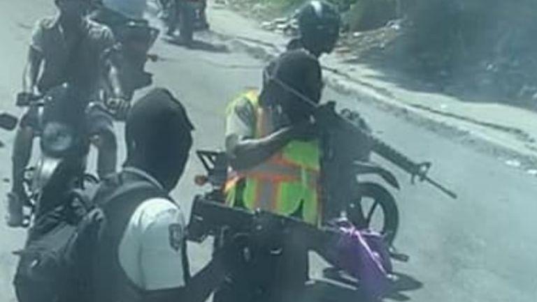 Comando armado hace un trato con la policía local