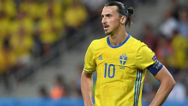 Zlatan Ibrahimovic durante un duelo con la selección de Suecia