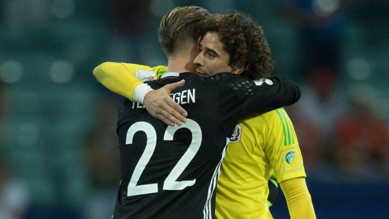 Ter Stegen y Ochoa en saludo con sus selecciones