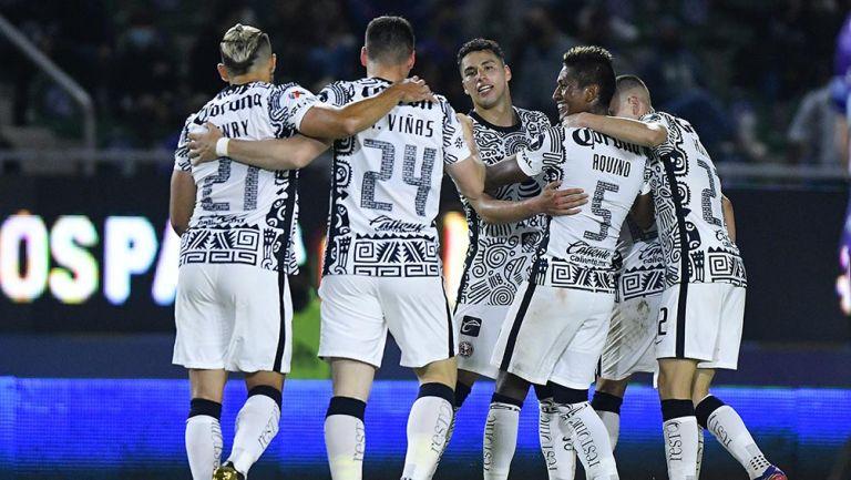 jugadores de América festejan gol ante Mazatlán