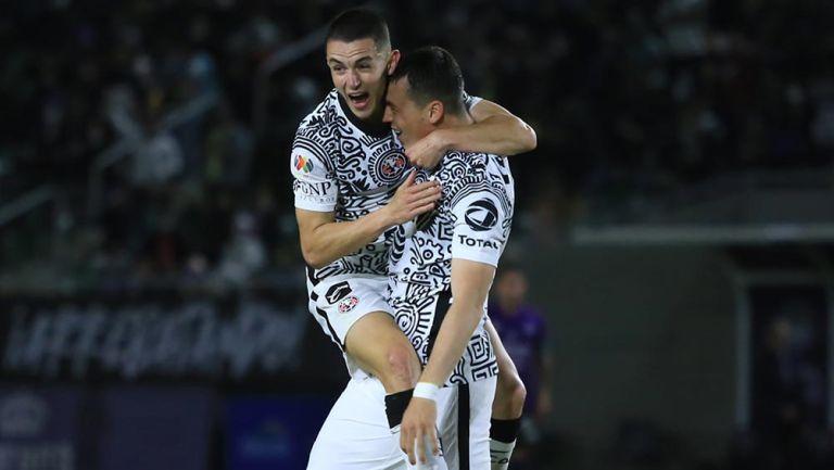 Viñas y Fidlgo festejan un gol con América
