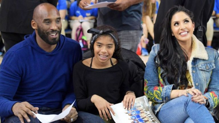 Kobe, Gianna y Vanessa Bryant en un partido de basquetbol colegial