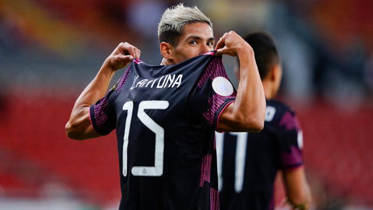 Uriel Antuna festeja su gol con el Tri
