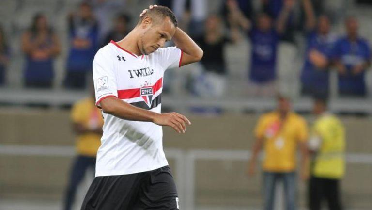 Luís Fabiano durante un duelo con el Sao Paulo