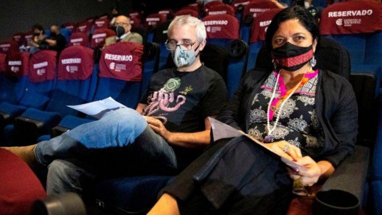 Personas al interior de una sala de cine