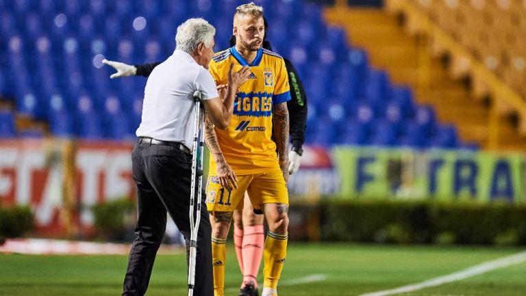 Ricardo Ferretti da instrucciones a Nico López durante el partido de Tigres vs Mazatlán