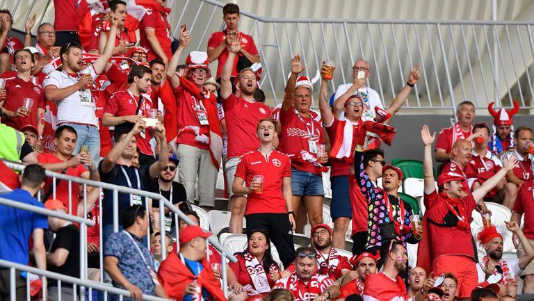 Fans daneses apoyan a su selección en un estadio