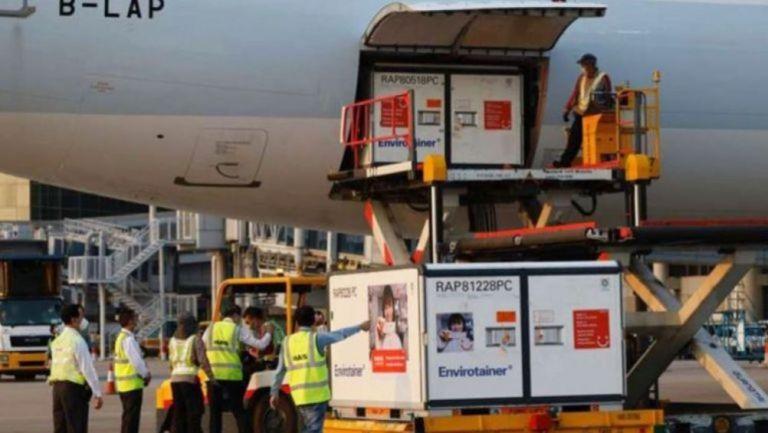 Una carga de la vacuna Sinovac llegando a México