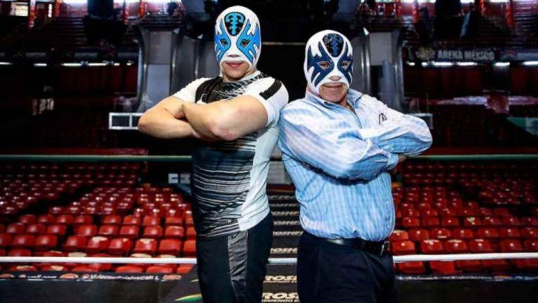 Atlantis y su Jr. posan en el ring de la Arena México