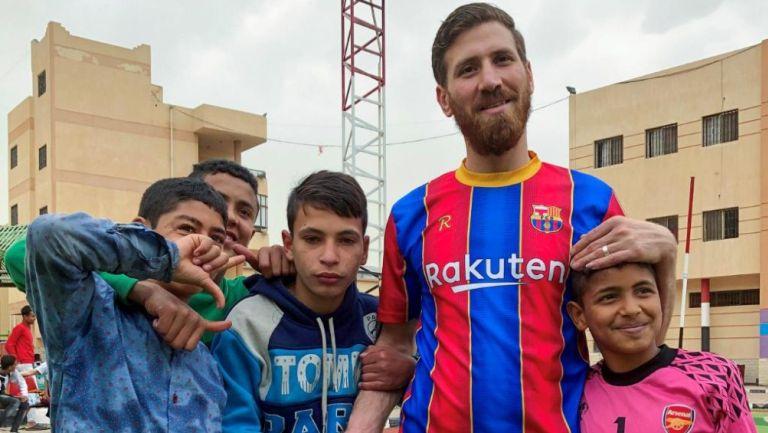 Islam Battah visitó un orfanato como el doble de Messi