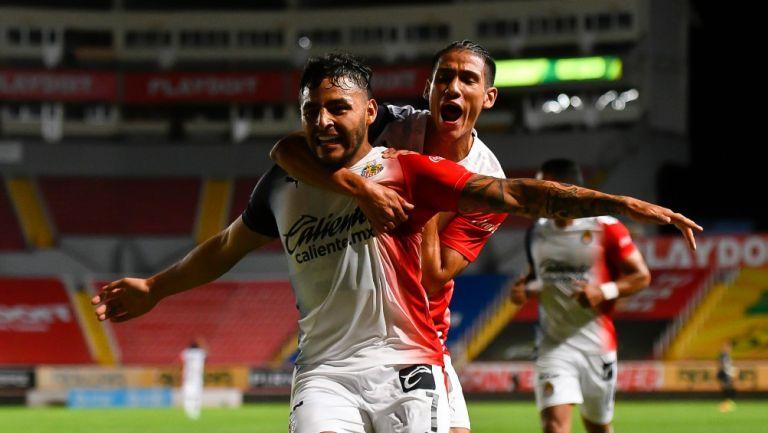 Antuna y Vega celebrando un gol con Chivas