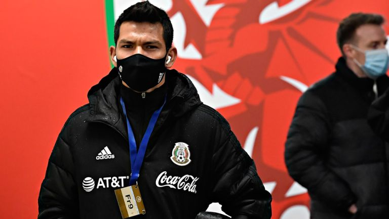 Chucky Lozano ingresando con cubrebocas al estadio Cardiff City