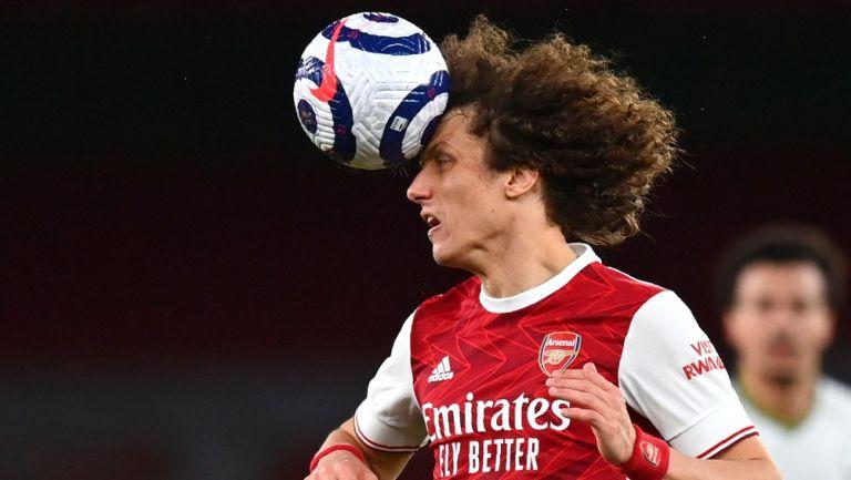 David Luiz en acción con el Arsenal