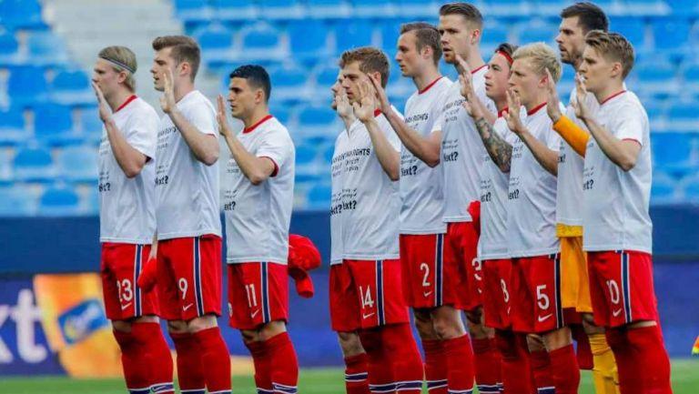 Jugadores de Noruega entonando su himno nacional