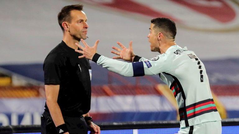 Cristiano Ronaldo le reclama a un juez de línea