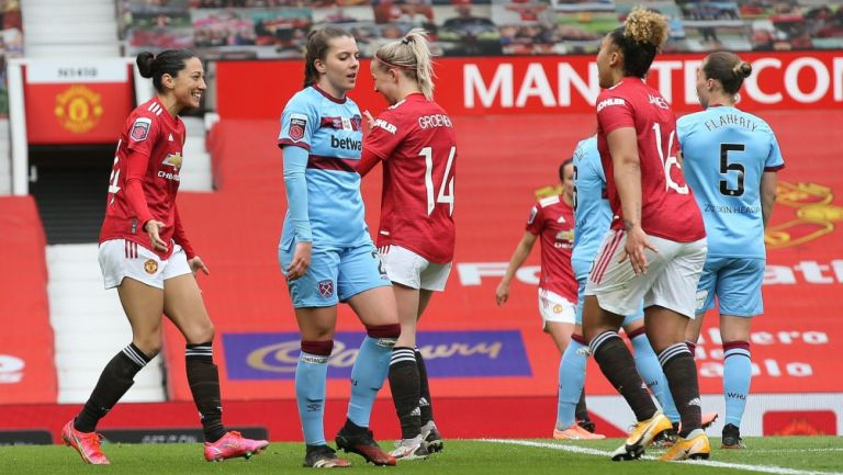 Jugadoras del Manchester United celebran frente al West Ham United