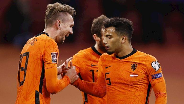 Jugadores neerlandeses celebran gol vs Letonia
