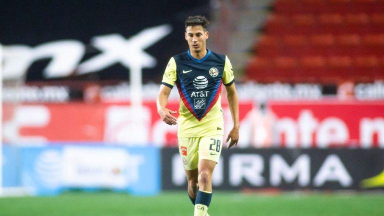 Mauro Lainez durante un partido con América