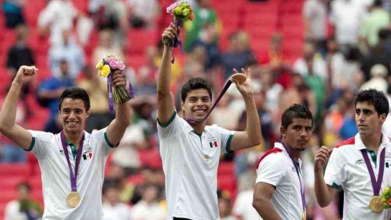 Jugadores de México en festejo tras vencer a Brasil en Londres
