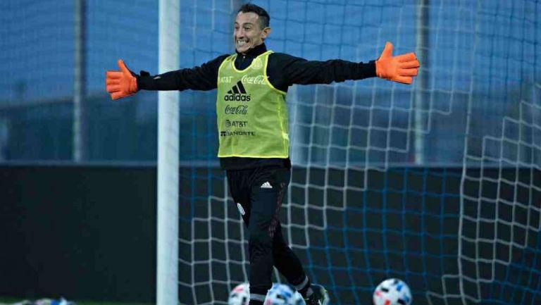 Andrés Guardado en práctica en Austria