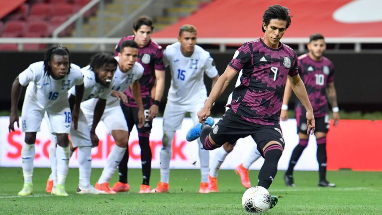 JJ Macías cobra el penalti contra Honduras