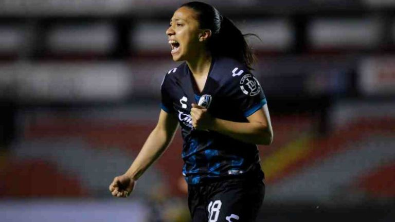Jugadora de Querétaro en festejo