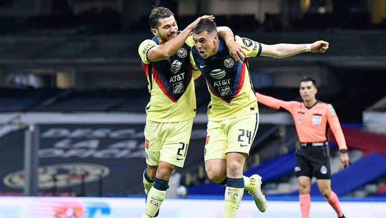 Henry Martín y Federico Viñas celebran un gol del América