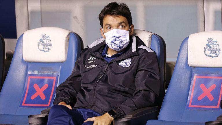 Nicolás Larcamón en un partido con Puebla