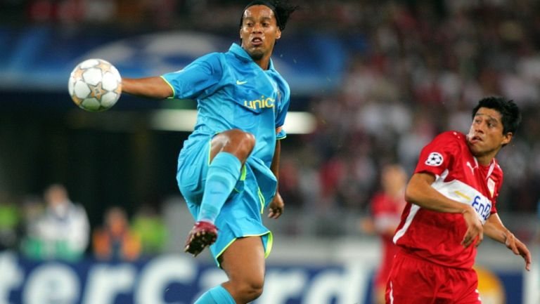 Ronaldinho y Ricardo Osorio disputando un balón