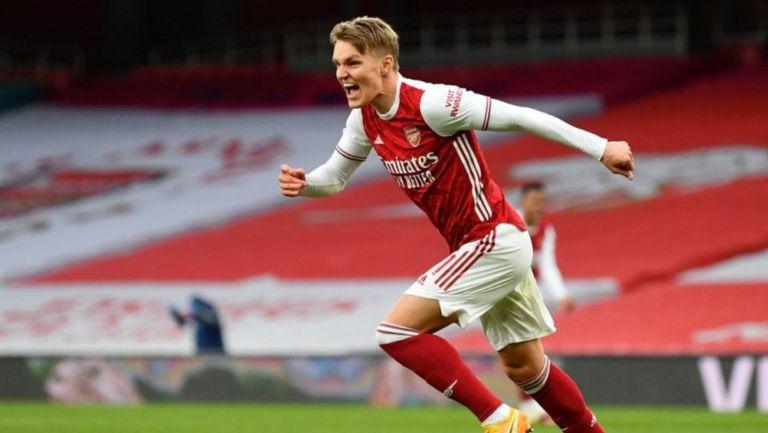 Martin Odegaard celebra con el Arsenal