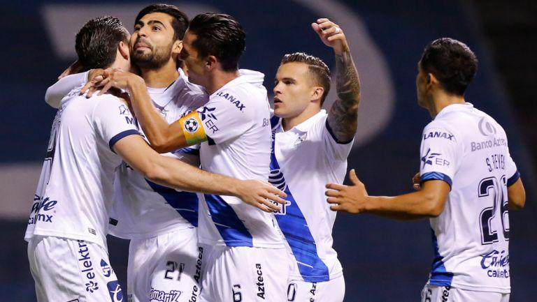 Jugadores de Puebla festejan un gol vs Mazatlán