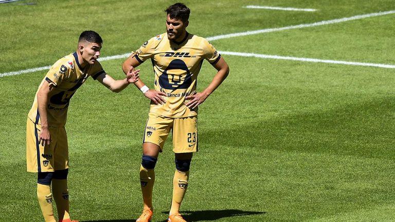 Johan Vásquez junto a Nicolás Freire