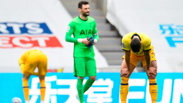 Jugadores del Tottenham se lamentan tras el empate final