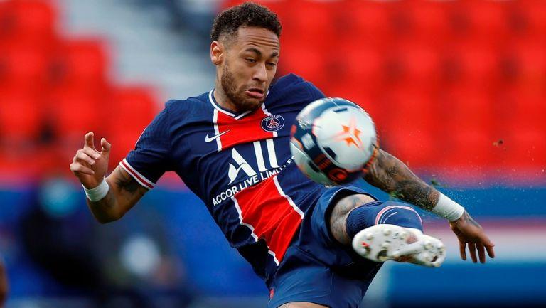 Neymar remata en un partido del PSG