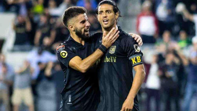 Diego Rossi y Carlos Vela en festejo