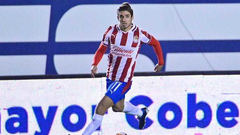 Isaac Brizuela en un partido Chivas