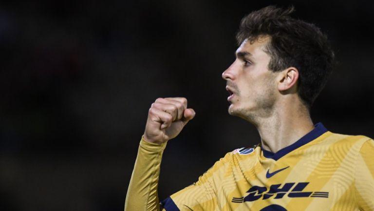 Juan Dinenno celebrando un gol con Pumas