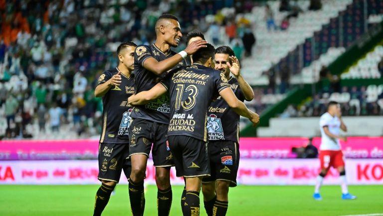 Jugadores de León celebrando un gol