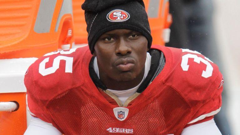 Phillip Adams en la banca de los 49ers de San Francisco