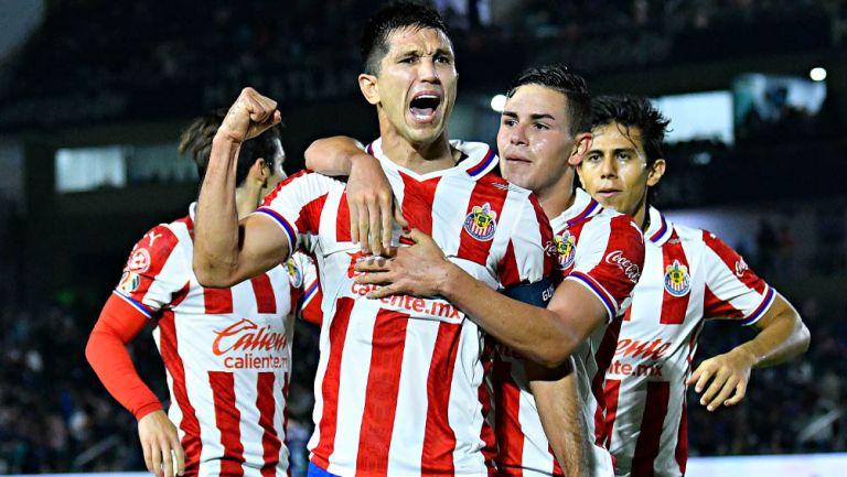 Lalo Torres celebra con Jesús Molina un gol de Chivas