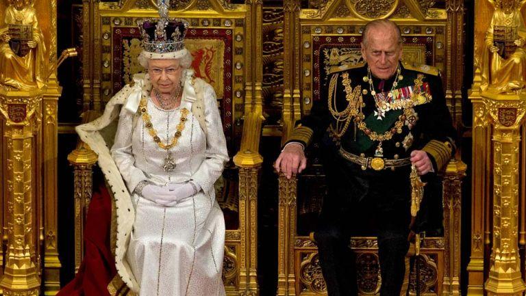 La reina Isabel II y el príncipe Felipe en la Cámara de los Lores en Londres