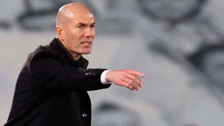 Zidane hace indicaciones en un juego del Real Madrid